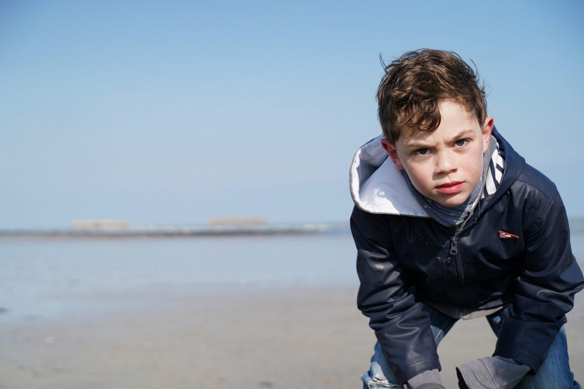 Enfant à Arromanches sur les plages du Débarquement - D-Day