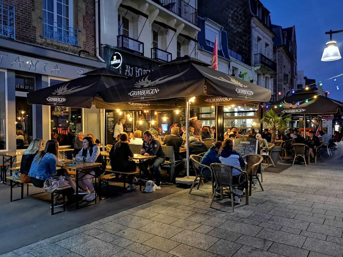 Bar sur les quais de Dieppe la nuit