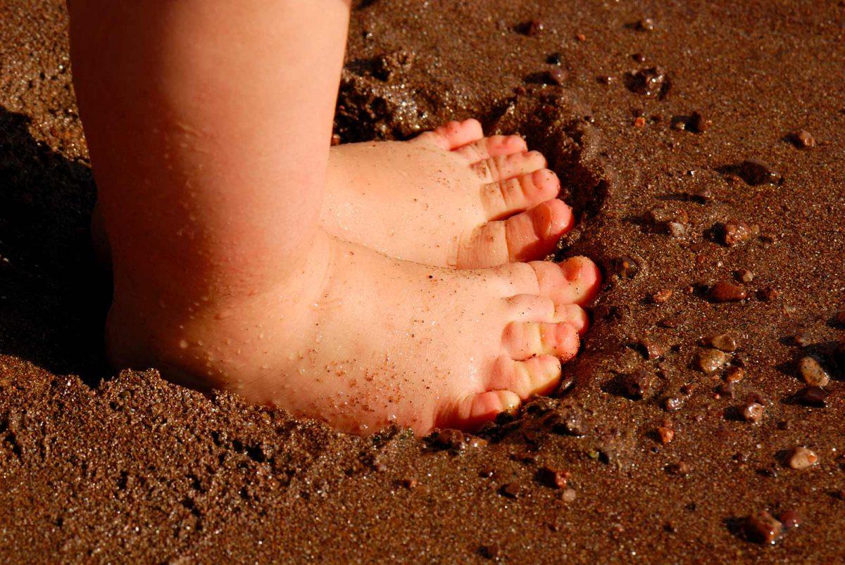 Pied-enfant-plage-sable