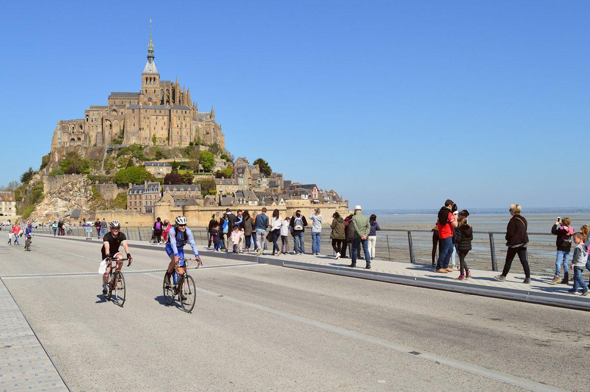 Cyclistes au Mont-Saint-Michel
