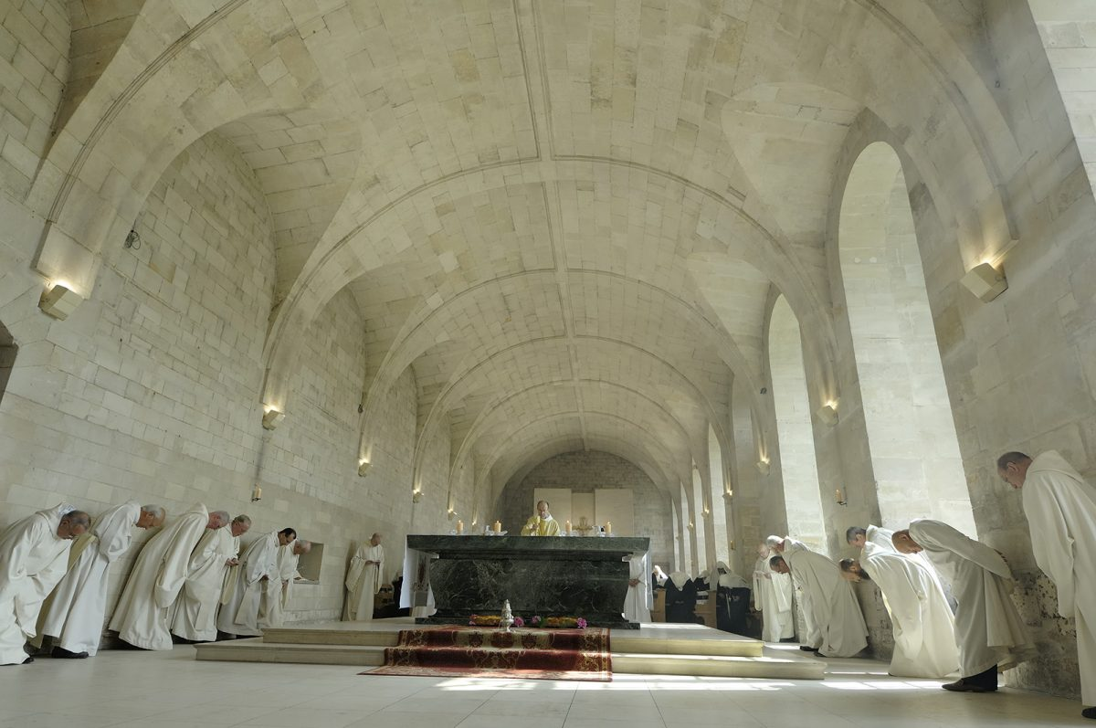 Moines dans l'abbaye du Bec-Hellouin