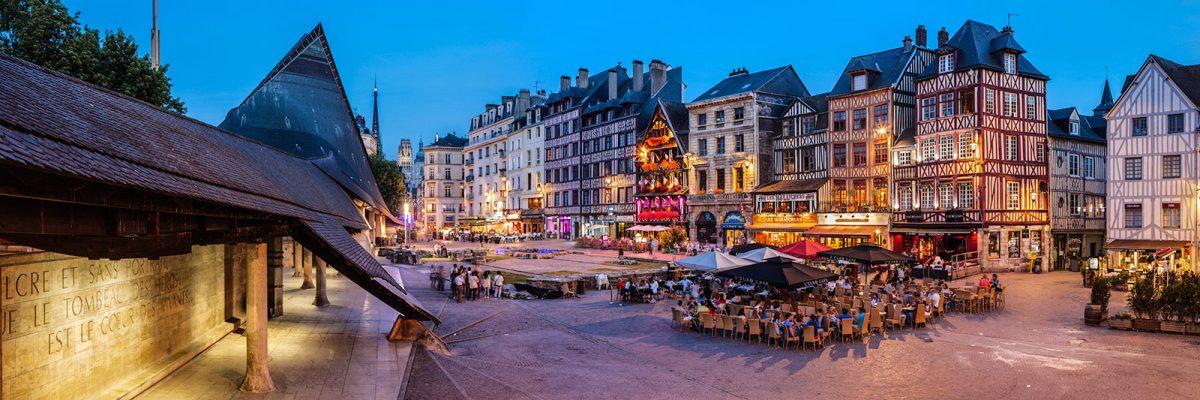 Rouen - Terrasses de café et bar sur la Place du vieux marché la nuit