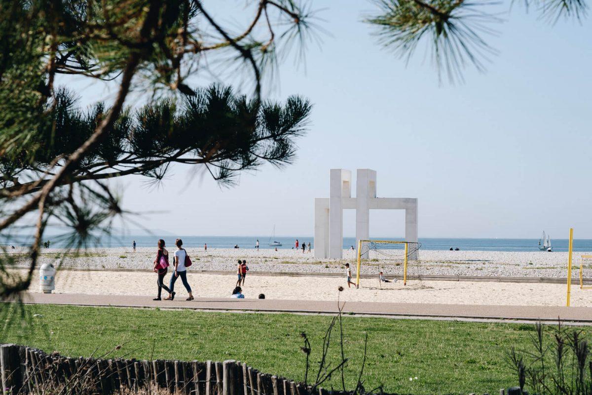 Opera d'arte Up3 sulla spiaggia di Le Havre © Refuse to hibernate